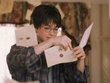 Harry Potter con su carta de Hogwarts