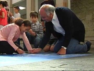 Varios abuelos se convierten en alumnos por un día para enseñar rutinas saludables a los niños