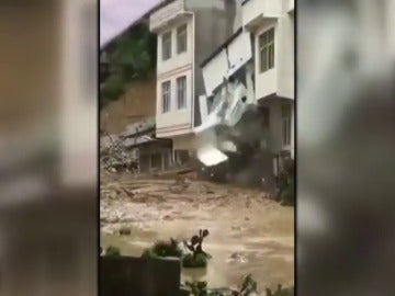 Un edificio se derrumba por la intensas lluvias en China