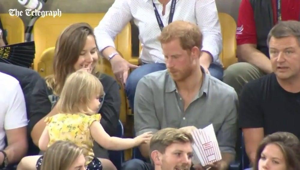 La divertida imagen de Enrique de Inglaterra con una niña en un partido de voleibol
