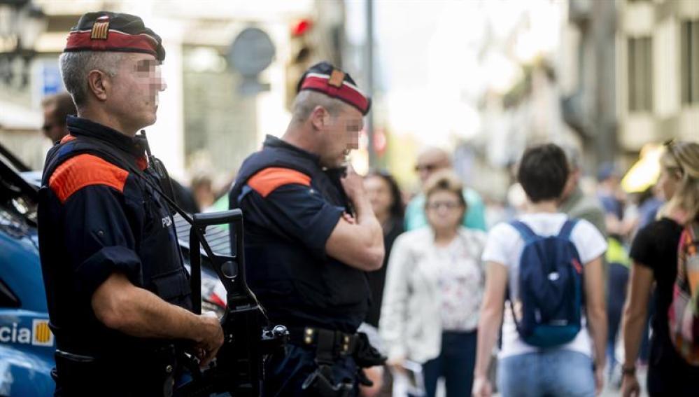 Una unidad de los Mossos d'Esquadra por las calles del centro de Barcelona