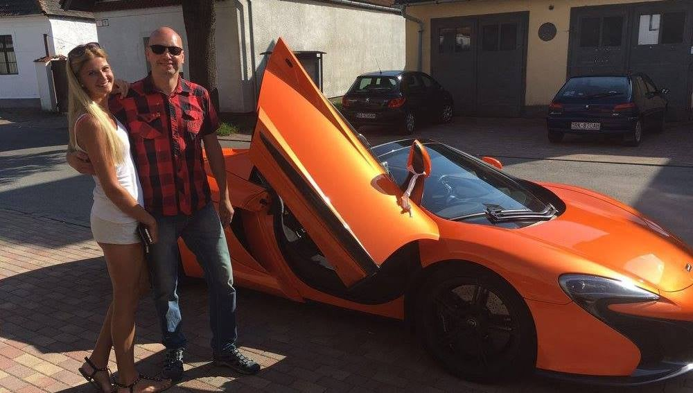 Markus Zahn junto a su coche