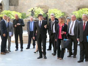 El presidente de la Generalitat, Carles Puigdemont (c), acompañado por el conseller de Asuntos Exteriores, Raül Romeva (i) y del director general del Diplocat, Albert Royo (2i)