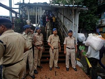 Policía en la estación de tren de India