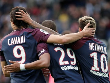 Cavani, Mbappé y Neymar celebran un gol