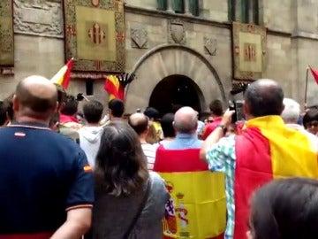 Cientos de personas se manifiestan con banderas españolas en Madrid y Barcelona