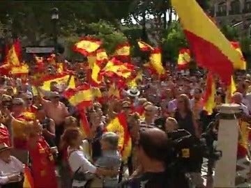 Miles de personas se manifiestan con banderas españolas en Madrid y Barcelona