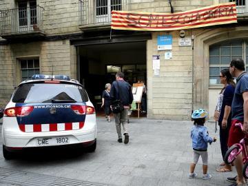 Un vehiculo de los Mossos d'Esquadra a la entrada del colegio público Cervantes