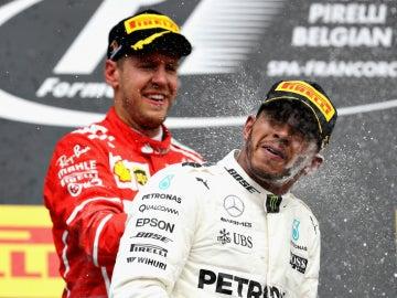 Vettel chorrea de champán a Hamilton en una celebración