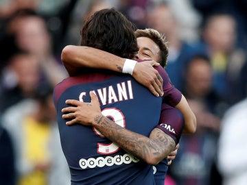 Neymar y Cavani se funden en un abrazo