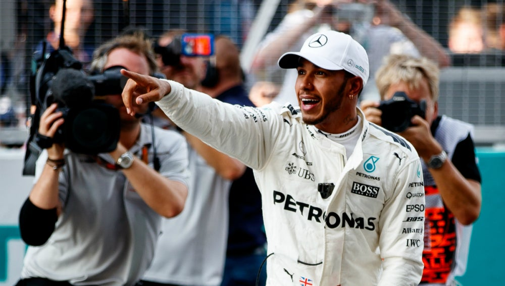 Lewis Hamilton, sonriente