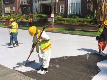 Operarios pintando las calles de color claro en LA