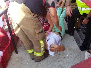 Las asistencias médicas atiendan a una persona por un golpe de calor en el Pizjuán