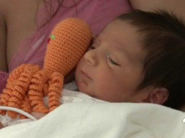 Regalan pulpos de ganchillo en los hospitales para ayudar a los bebés prematuros