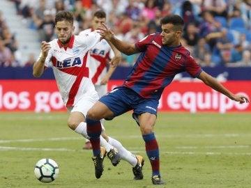 Álvaro Medrán pugna por un balón