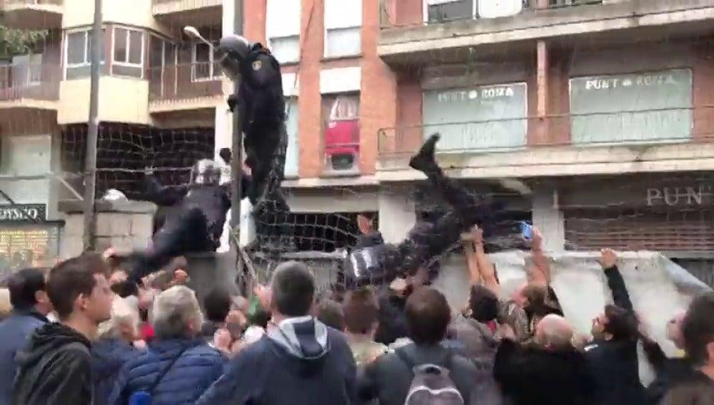 Al menos 38 heridos manifestantes y 11 agentes por fuertes enfrentamientos en las calles