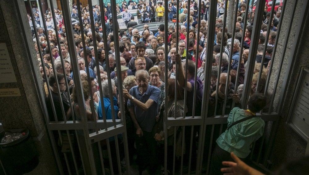 Las masas se agolpan ante la apertura de un colegio electoral en el referéndum ilegal