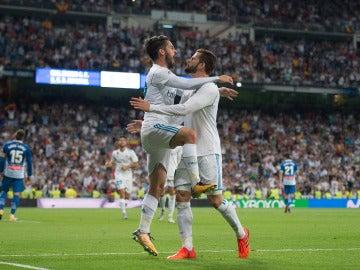Isco se abraza con Nacho Fernández tras un gol del Real Madrid