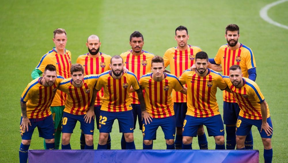 El Barça posó con la camiseta de la 'senyera' antes de arrancar el partido