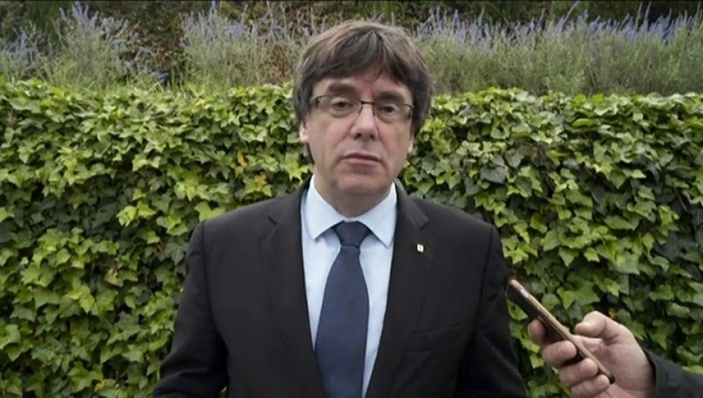 """Puigdemont: """"Unos avanzan a una vergüenza que les acompañará siempre y otros muestran al mundo dignidad y valentía"""""""