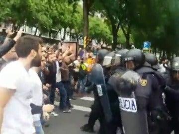 """Una marea de gente hace retroceder a los antidisturbios al grito de """"Votarem"""""""