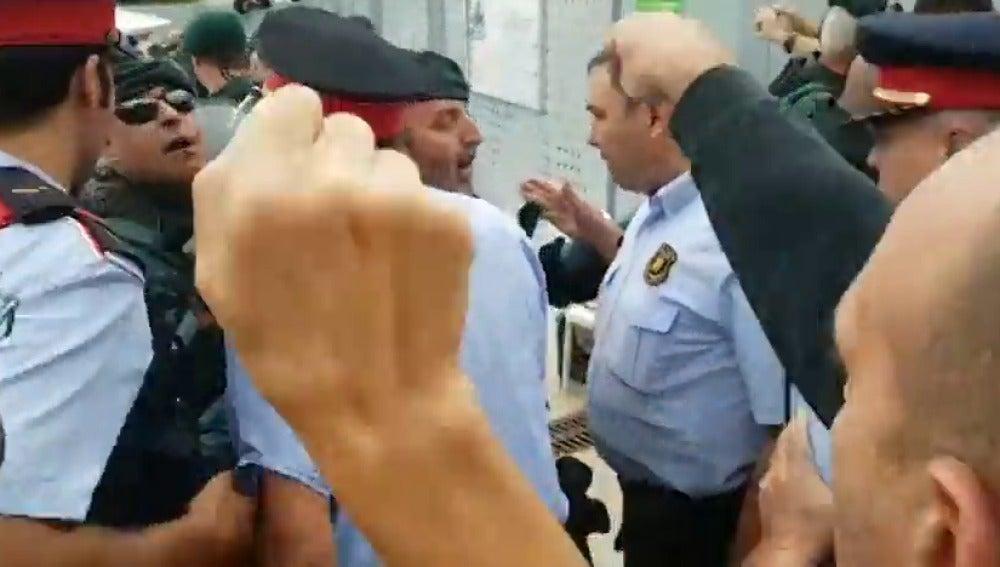 Las redes se polarizan con vídeos que muestran enfrentamientos entre Guardia Civil y Mossos