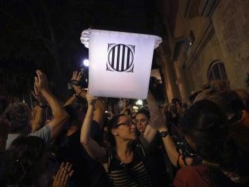 Una ciudadana lleva una urna del 1 de octubre