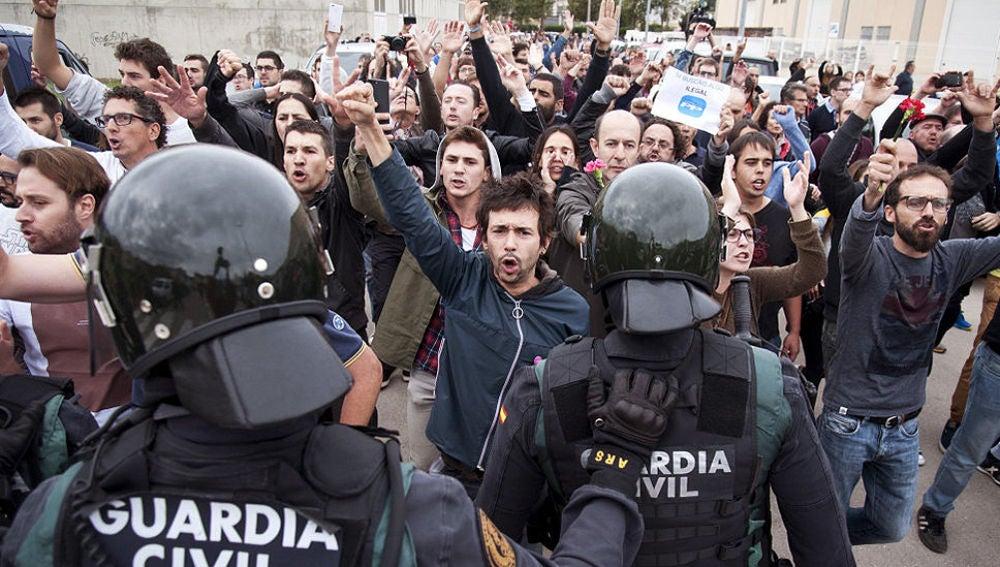laSexta Noticias Fin de semana (01-10-17) - Nueve policías y dos guardias civiles, heridos leves en Cataluña durante la intervención en el 1-O