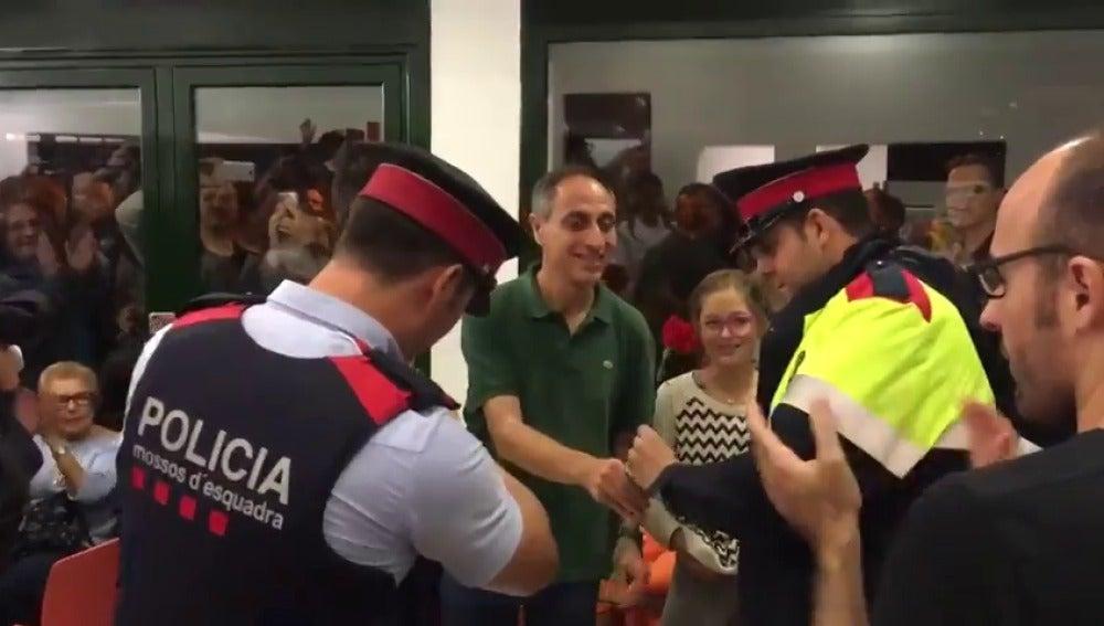 Mossos d'Esquadra reciben claveles