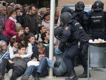 La Policía requisa las urnas en el ambulatorio del barrio leridano de Cappont