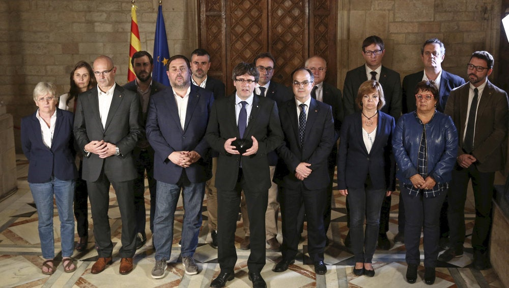 Carles Puigdemont rodeado del equipo de Gobierno de la Generalitat