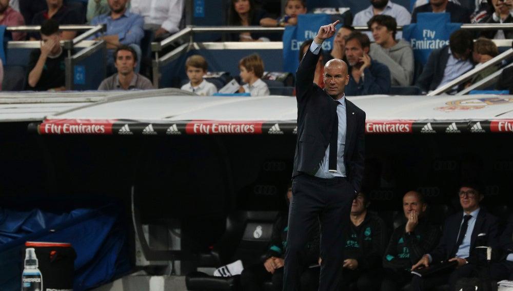 Zidane hace indicaciones a sus jugadores durante el partido Real Madrid-Espanyol
