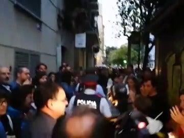 Los Mossos d'Esquadra salen de la Escola Diputació de Barcelona entre aplausos