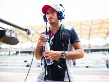 Carlos Sainz camina por el paddock