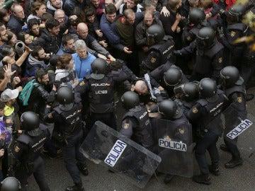 Antidisturbios de la Policía Nacional forman un cordón de seguridad frente al colegio Ramón Llull