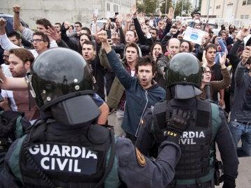 La Guardia Civil irrumpe en el centro de votación de Sant Julià de Ramis, Girona