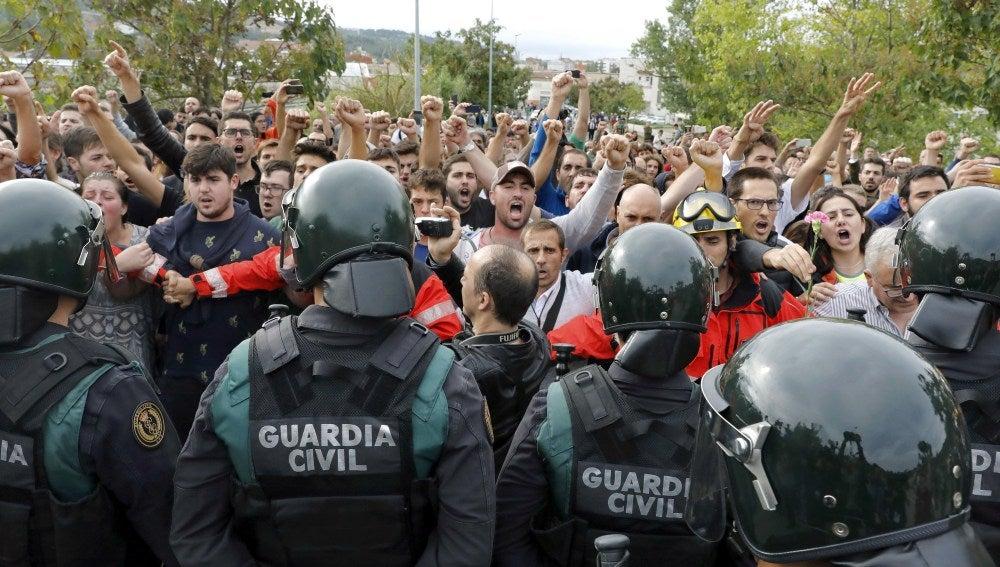 Agentes de la Guardia Civil, ante manifestantes del 1-O