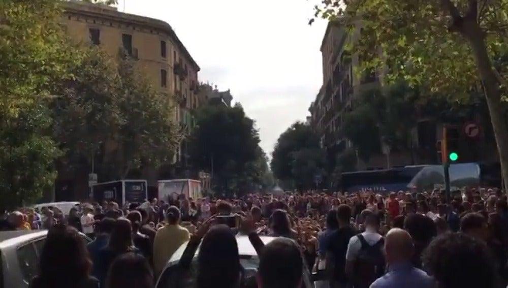 Cortan el Paseo de Gràcia de Barcelona para denunciar las cargas policiales del 1-O