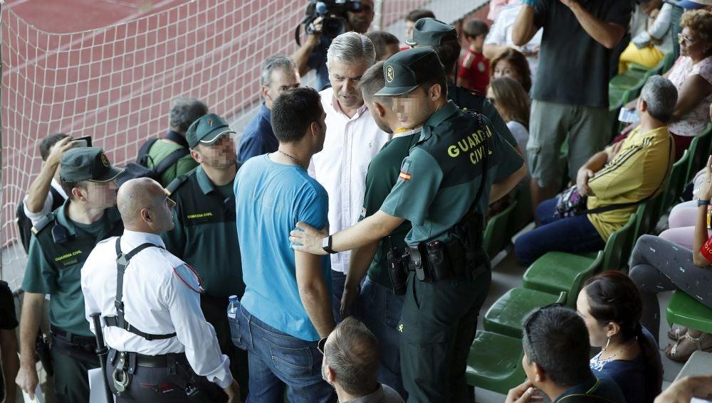 Seguridad privada y Guardia Civil instan al aficionado a retirar la pancarta