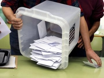 Urnas del referéndum del 1-O con papeletas