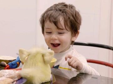 El momento más tierno de Aitor con su nuevo juguete: el furby