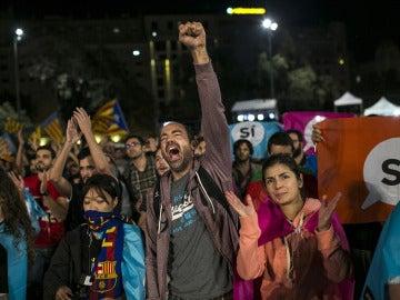 Cientos de personas se congregan en la Plaza Cataluña