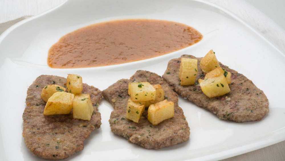 Espaldilla con salsa española y patatas