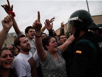 Ciudadanos se enfrentan a agentes de la Guardia Civil