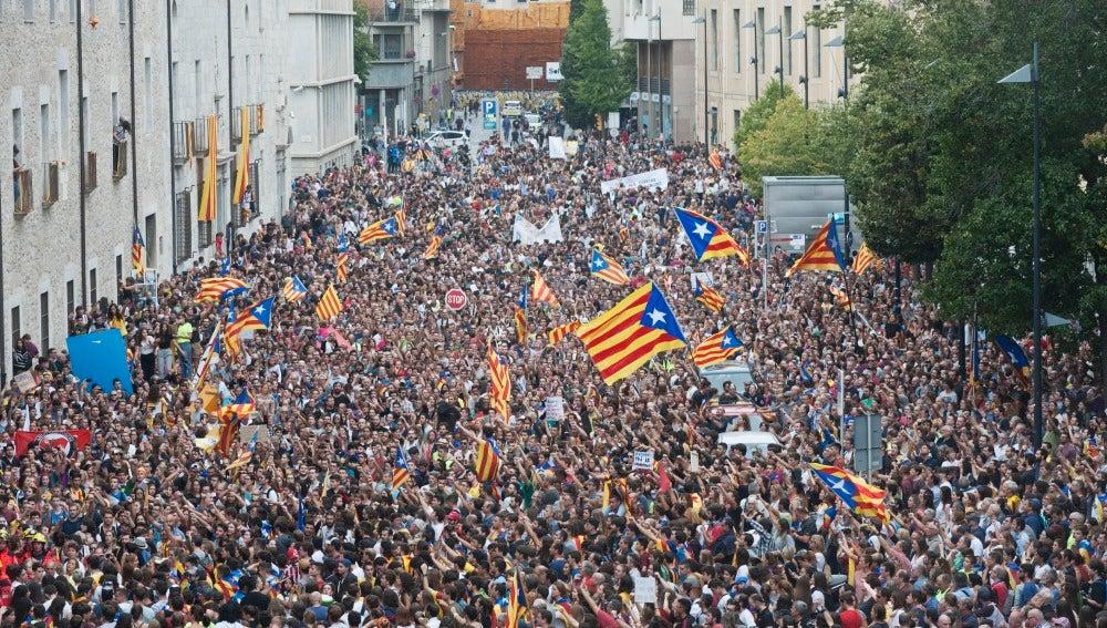 Unas 30.000 personas se concentran ante la sede de la Generalitat en Girona
