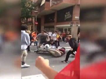 Varios jóvenes con banderas españolas y catalanas se pelean en Barcelona