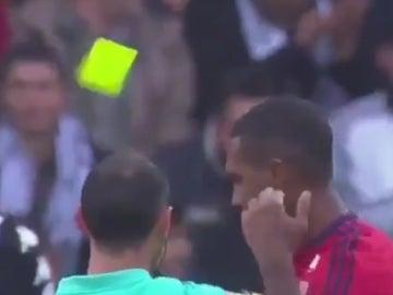 Un jugador del Lyon sufre una de las expulsiones más absurdas de la historia