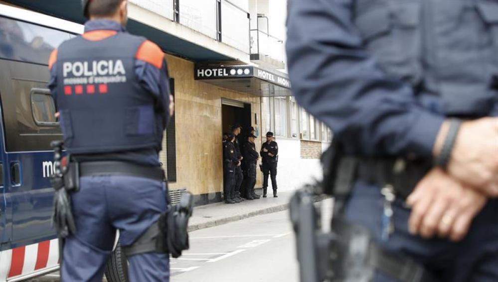 Miembros de los Mossos d'Esquadra custodian los hoteles donde se hospedan los policías