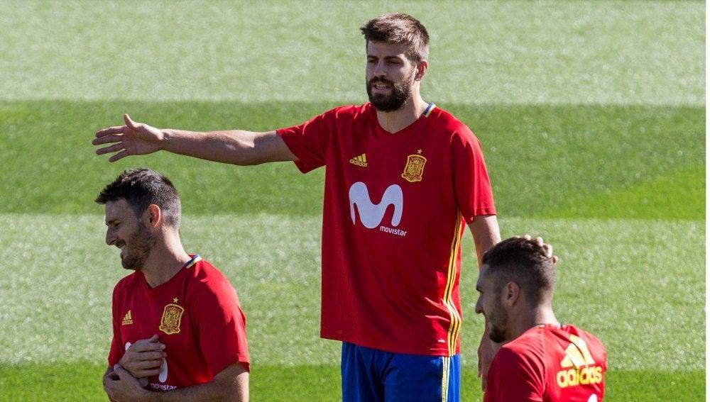Gerard Piqué se entrena con la selección española de fútbol