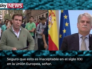 Periodista de SkyNews reprocha al ministro Dastis la actuación del Gobierno en Cataluña